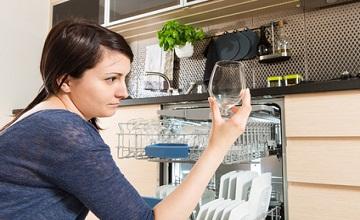 Laver sa vaisselle à la main au lieu du lave-vaisselle permet-il de faire des économies ?