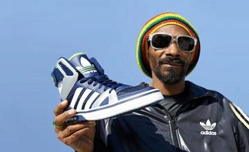 Une paire de chaussures Adidas signée Snoop Dogg