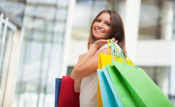 Astuces shopping prêts-à-porter pour les petites femmes